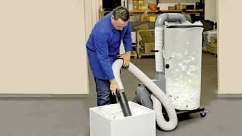 Der Chip-Sauger STYROSOG saugt Verpackungschips effektiv ab
