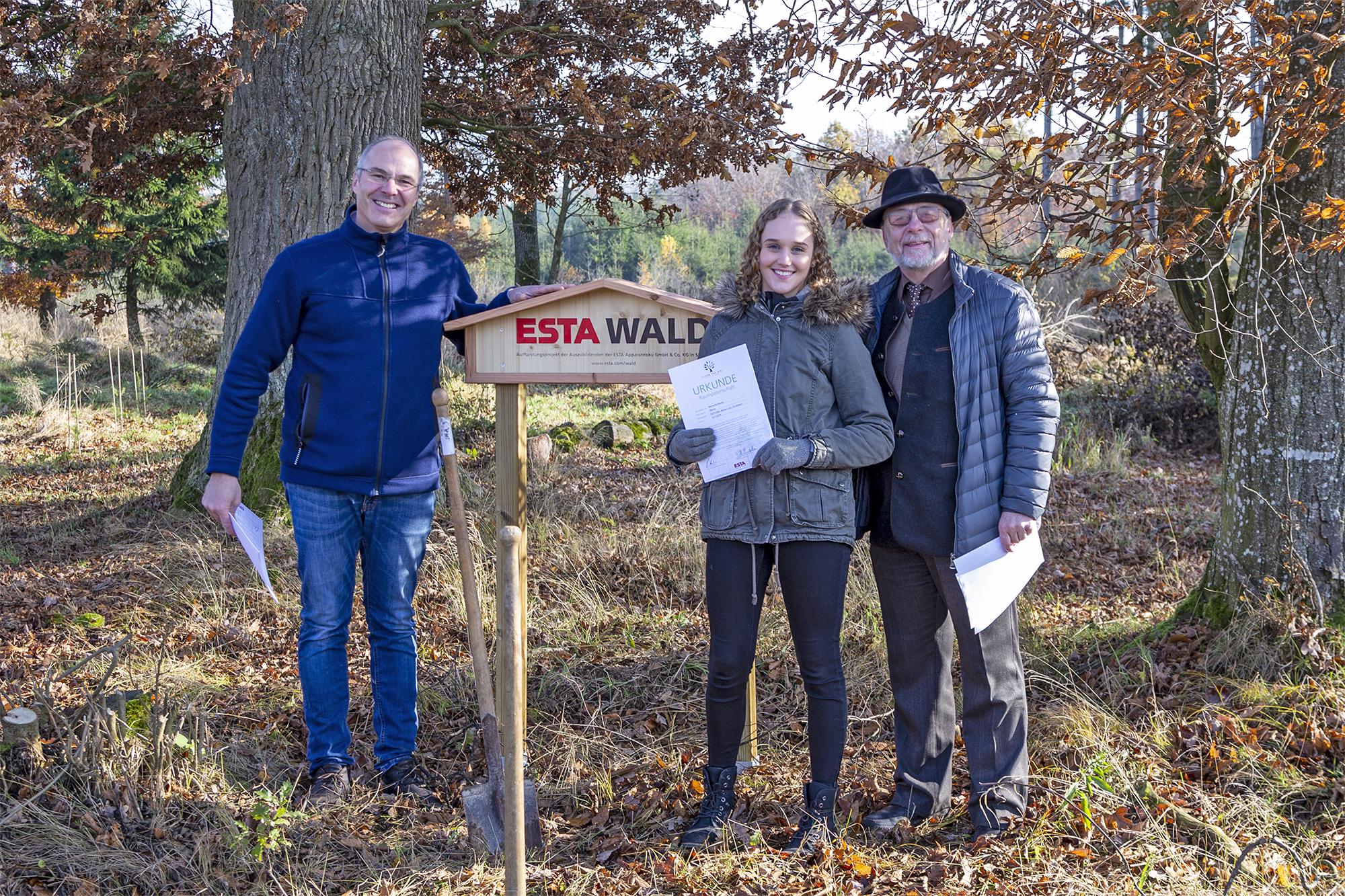 ESTA Geschäftsführer Dr. Peter Kulitz, ESTA Auszubildende und Freiherr Constantin von Ulm-Erbach im ESTA Wald