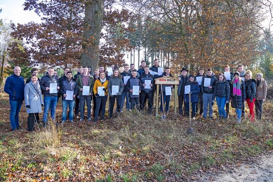 Die Auszubildenden von ESTA mit ihren Baumpatenschaftsurkunden für Bäume im ESTA Wald