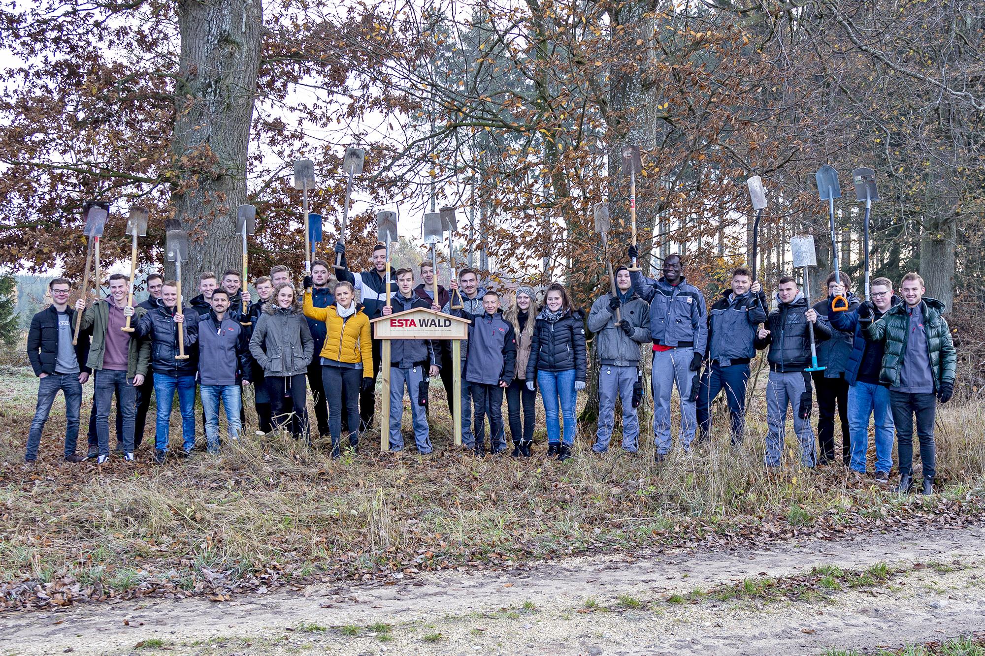 ESTA Azubis pflanzen ESTA Unternehmenswald