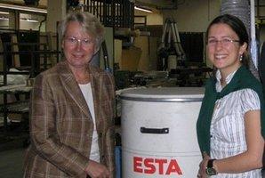 Jessica Kulitz zeigt Annette Schavan die Absauganlagen von ESTA.