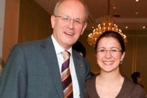 Volker Kauder mit ESTA Gesellschafterin Jessica Kulitz.