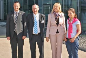 Philipp Raunitschke und Jessica Kulitz begrüßen Staatsministerin Beate Merk bei ihrem Besuch bei ESTA.