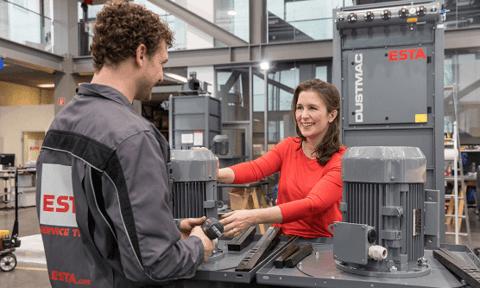 ESTA Gesellschafterin Jessica Kulitz mit einem Monteur im Anlagenbau.