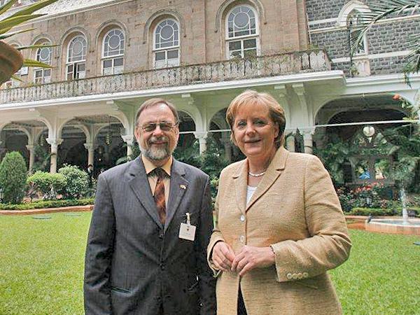 Dr. Peter Kulitz und Bundeskanzlerin Dr. Angela Merkel im Garten des Taj Mahal Palace in Mumbai.