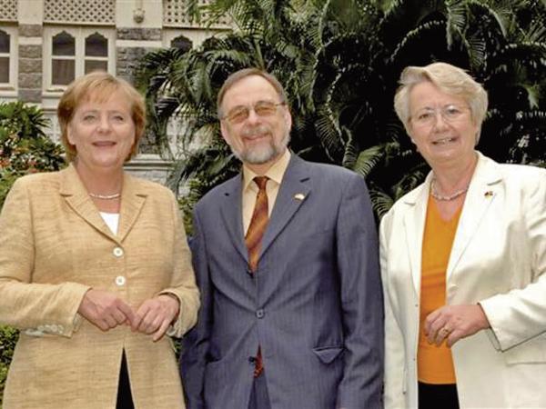Dr. Peter Kulitz mit Angela Merkel und Annette Schavan in Indien.