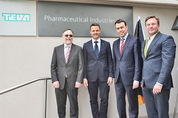 Dr. Peter-Kulitz, Dr. Sven Dethlefs, Nils Schmid und Dr. Markus Leyck Dieken bei Teva in Petach-Tikva.